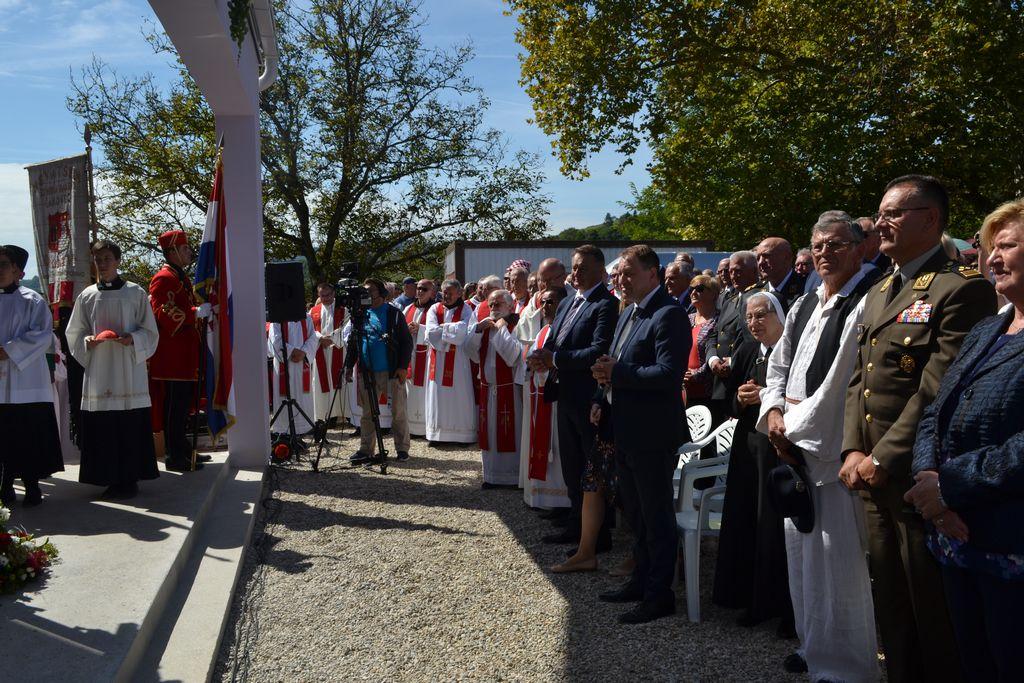 Kardinal Josip Bozanić blagoslovio novoizgrađenu crkvu u Zrinu