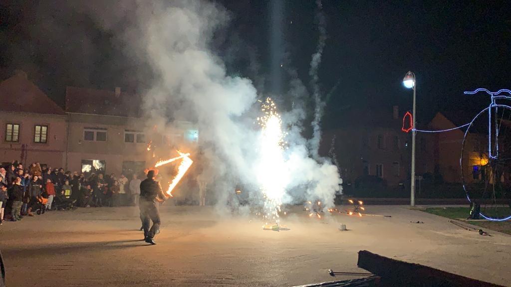 Vatrenim spektaklom i raskošnim vatrometom započeo Advent u Hrvatskoj Kostajnici