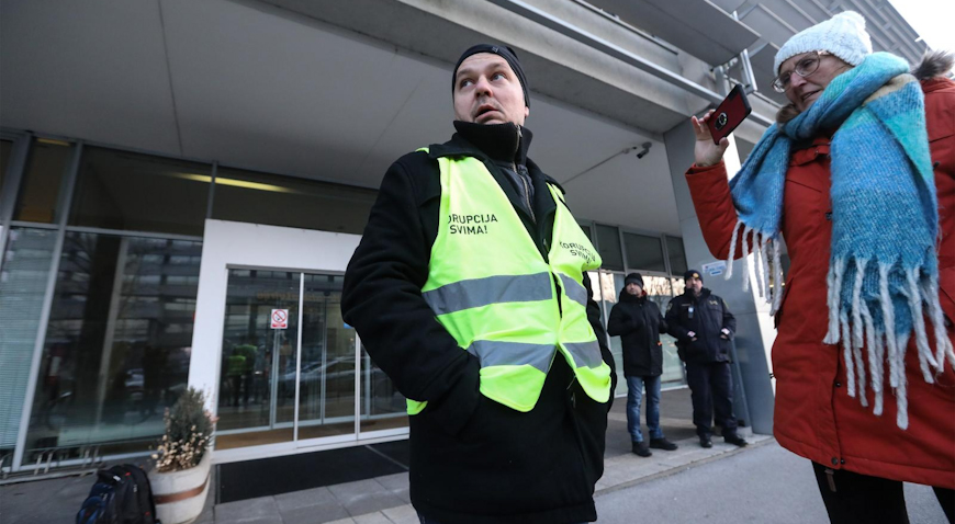 VIDEO: Juričan jutro dočekao ispred Holdinga pozdravljajući djelatnike