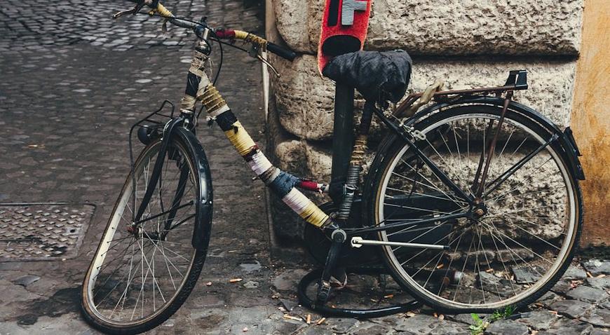 U prometnoj nesreći u Sisku teško ozlijeđen biciklist