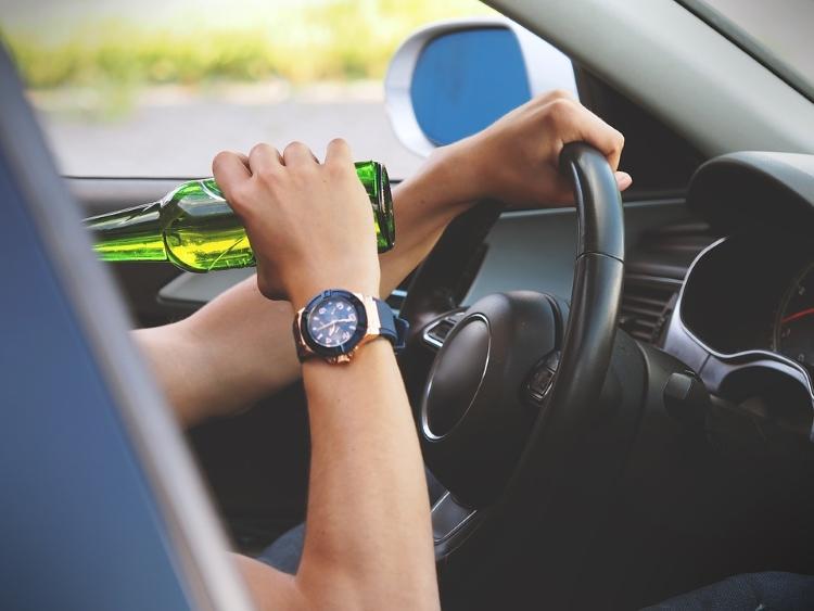 Pijani vozač krivudao sisačkim ulicama, pa se zabio u prometne znakove