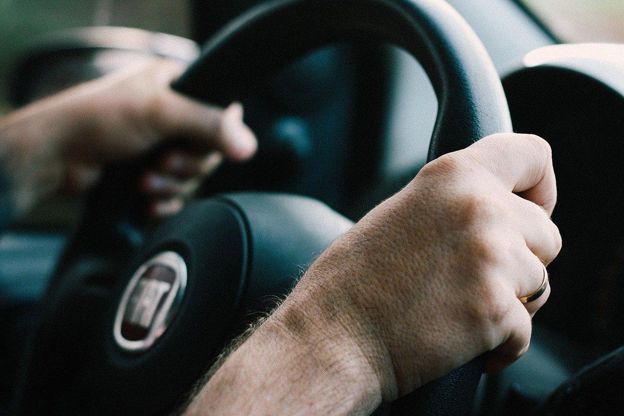 Pijan i bez vozačke zatečen za volanom automobila s krivotvorenim tablicama